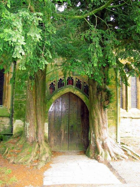דלת הכניסה הצפונית בכנסיית סנט אדוארד ב-Stow-on-The-Wold
